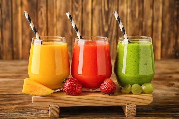 木製のスタンドにフルーツとおいしいスムージーのグラス