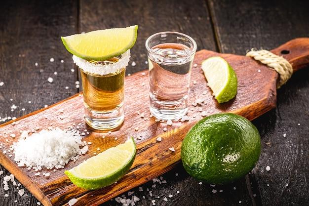 テキーラゴールドテキーラとシルバーテキーラの典型的なメキシコの飲み物のグラス