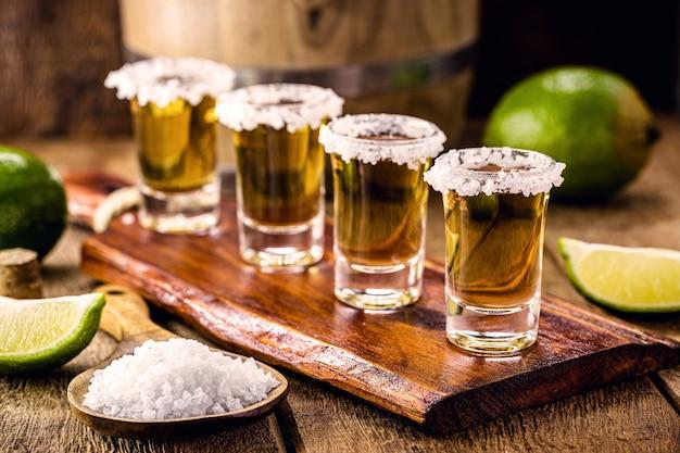 バーテーブルのテキーラグラス、塩とレモン添え