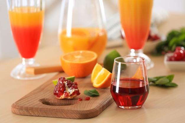 キッチンテーブルの食材とテキーラサンライズカクテルのグラス