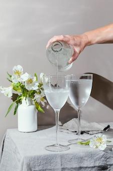 물과 테이블에 꽃의 안경