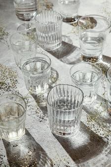 테이블에 물 잔