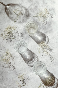 テーブルの上の水のガラス