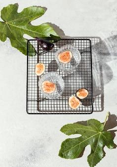 テーブルの上にフルーツと水のガラス
