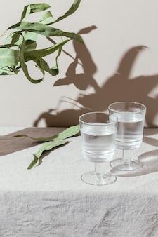 影のある水のガラス