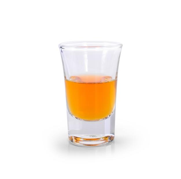 Очки виски и алкоголя, изолированные на белом фоне