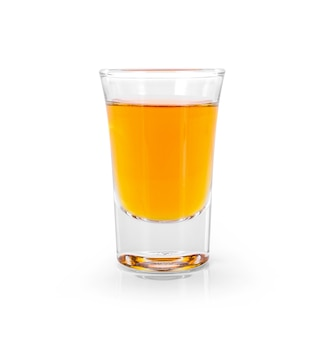 Стаканы виски и алкоголя со льдом, изолированные на белом фоне