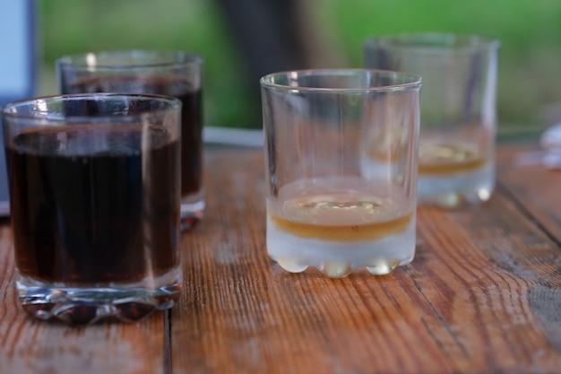 Бокалы виски и пива на столе в баре крупным планом