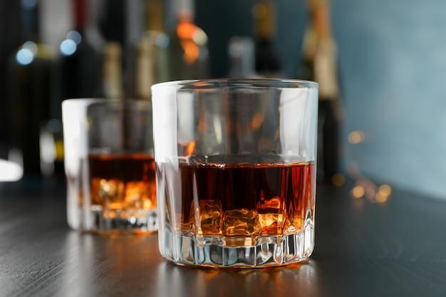 バーのカウンターでウイスキーのグラスをクローズアップ