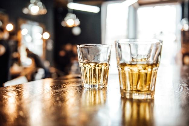 理髪店のテーブルにウイスキーのグラス