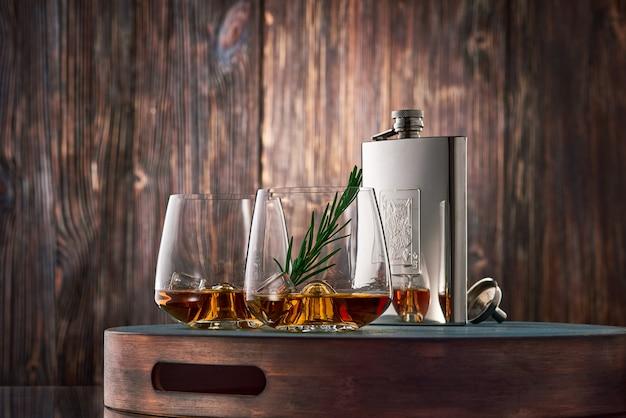 ウイスキーと木製のテーブルの上のフラスコ