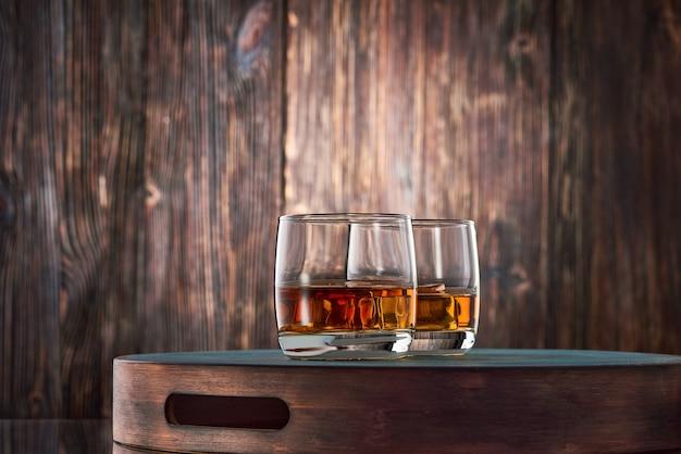 木製のテーブルにウイスキーのグラス