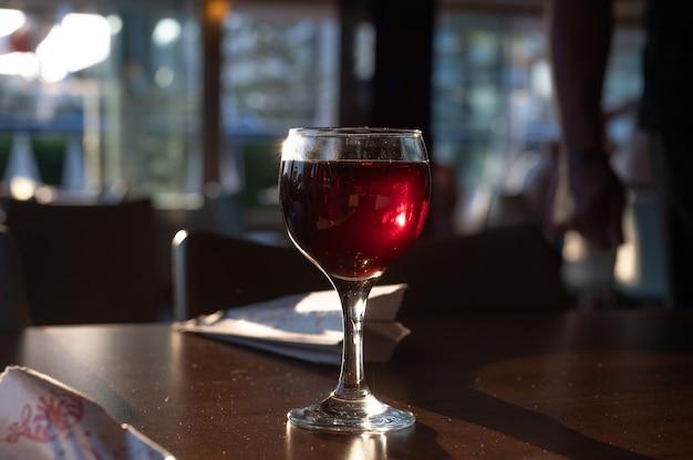 바에서 화이트와 레드 와인 한 잔, 백그라운드에서 카운터 옆에 있는 남자. 고품질 사진