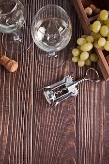 白ブドウワインとブドウのグラス