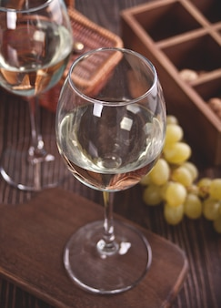 Бокалы белого виноградного вина с виноградом