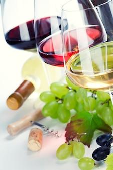 白、赤、ロゼのワインとブドウのグラス