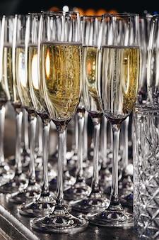 이벤트에서 화이트 스파클링 와인 잔.