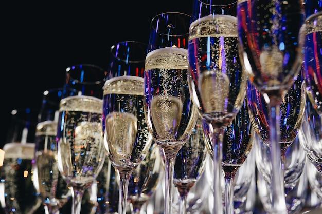Бокалы белого игристого вина на мероприятии.