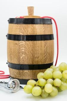 暗い背景に白ワインのグラス
