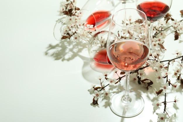 흰색 바탕에 와인과 체리 꽃의 안경