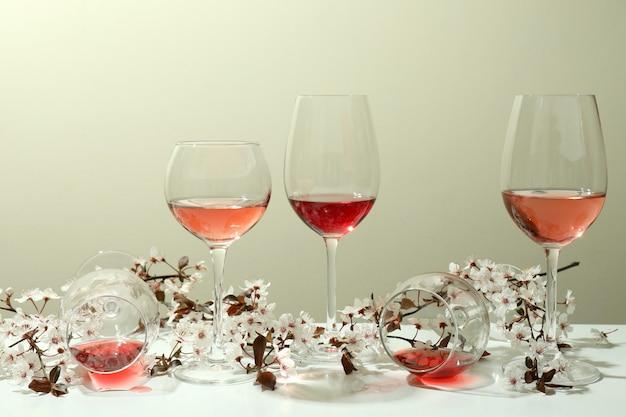 흰색 테이블에 와인과 체리 꽃의 안경