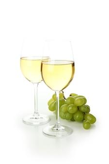 白い背景で隔離のワインとブドウのグラス