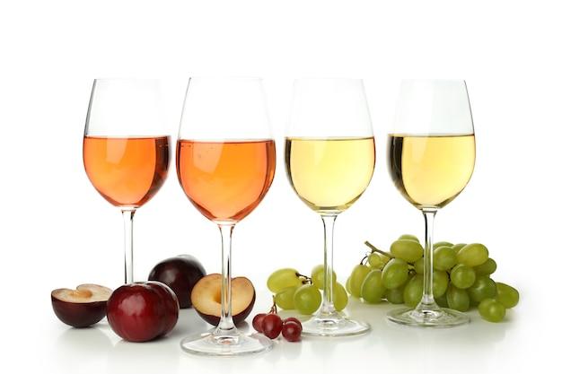 白い背景で隔離のワインと食材のグラス