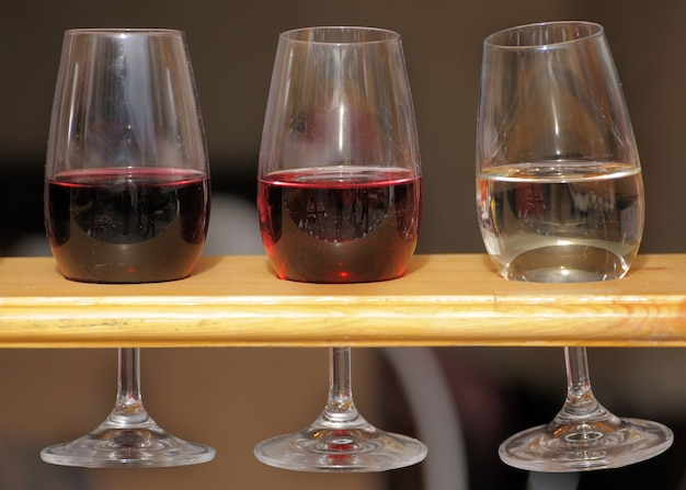 와인 잔이 스탠드에 있습니다.