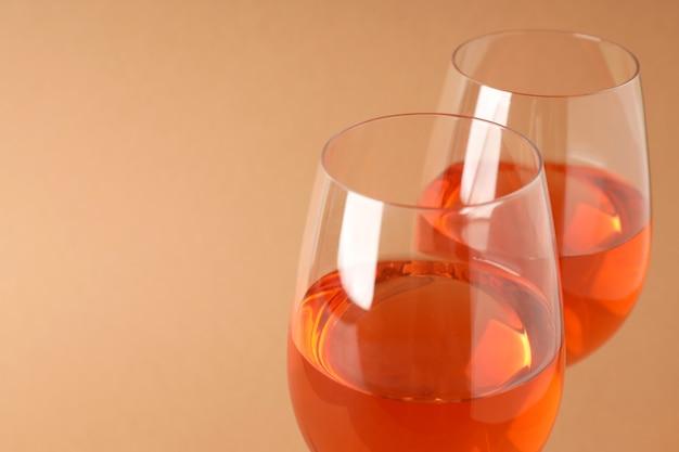 ベージュの背景、テキストのためのスペースにワインのグラス