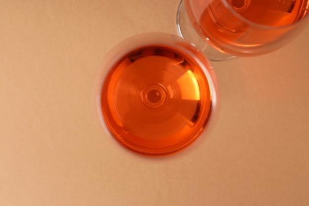 ベージュの背景、上面図にワインのグラス