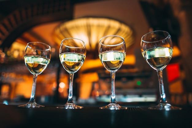 Бокалы с вином на прилавке