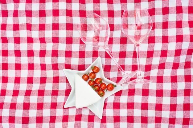 Бокалы вина с едой на столе