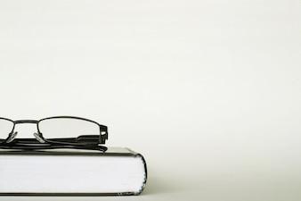 白い背景の本に眼鏡