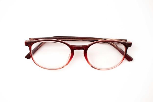 白い背景の上のメガネ