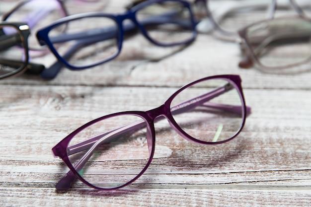 明るい木製のメガネ