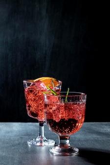 フルーティーなドリンクを飲みながら机の上のグラス