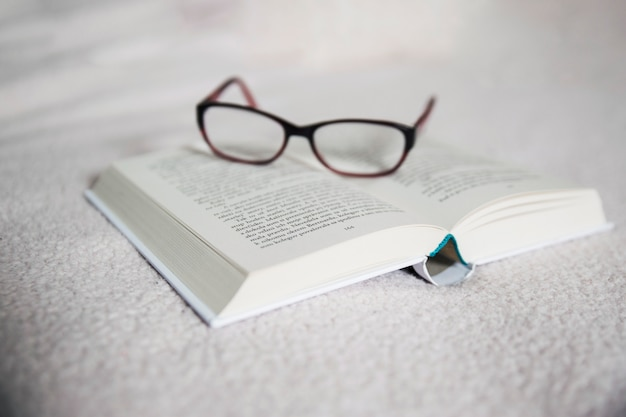 開かれた本の眼鏡