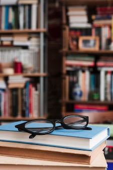 Очки на стопке книг