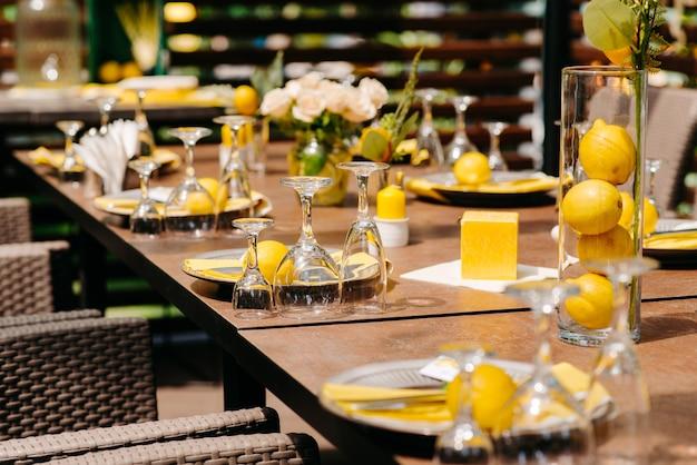 レストランのテーブルの上のグラス