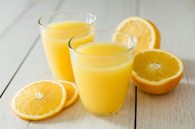 Bicchieri di succo d'arancia con fette di frutta