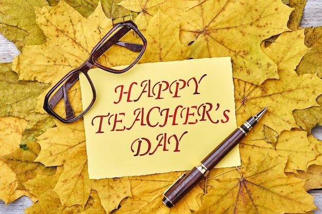 Очки, ручка, листья и открытка. пора отмечать день учителя.