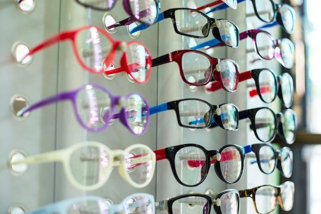 Магазин очков вешает красочную выставку на выбор клиента.