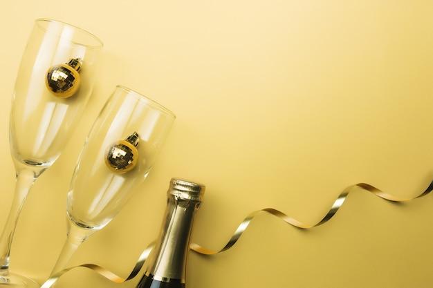 안경, 스파클링 와인 병, 크리스마스 트리 볼, 리본, 골드 배경