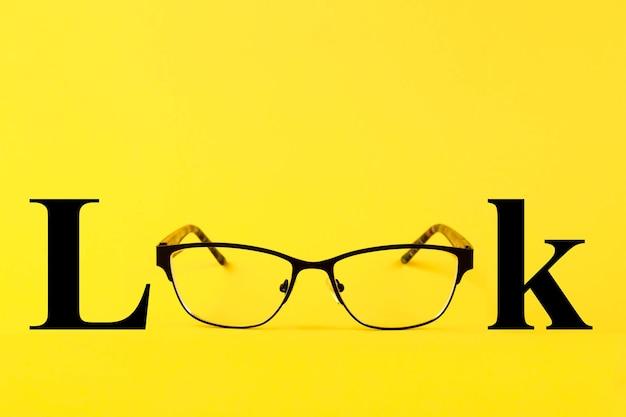 Очки, текст look, на желтом