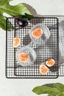 Bicchieri d'acqua con frutta sul tavolo