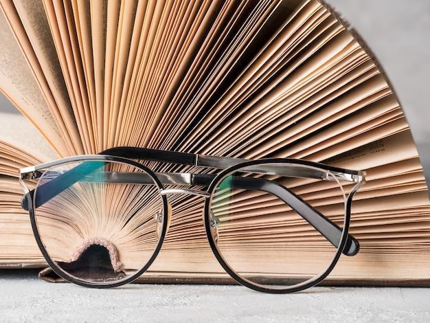 책 교육 및 지식 개념 그림이 있는 안경