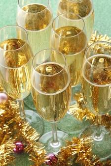 光沢のある表面にシャンパンが付いたグラス