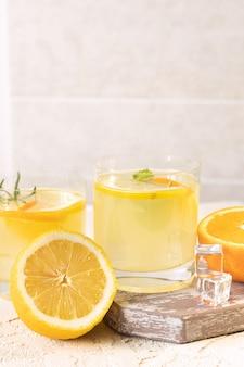 Бокалы с цитрусовым лимонадом, летний безалкогольный напиток, вид сверху