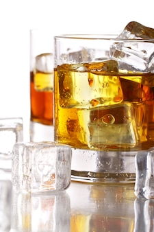 Бокалы с холодным виски