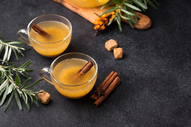 Очки с ароматным фруктовым соком на столе